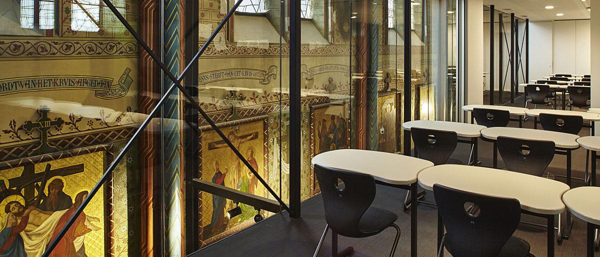 Vanuit de klassen op de verdiepingen is er mooi zicht op de historische glasramen foto OE Kris Vandevorst